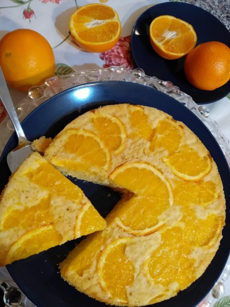 Der vegane Orangenkuchen ist ein Kuchen ohne Eier, Zucker, Butter, Milch und Gluten. Er ist so weich, dass er auf der Zunge zergeht.